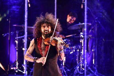 Detrás de él se encendió un círculo de luces, similar al que el rapero zaragozano utilizaba en su tour.