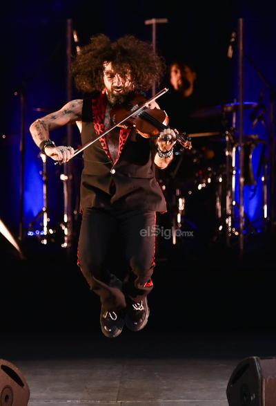 En el escenario, Malikian tocó en el mismo tempo de su vida, un energético sonido, rockero, que a veces se mece con calma.