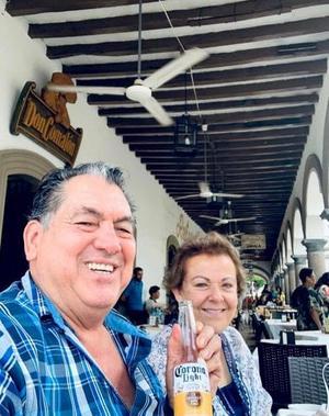 06062019 MUY CONTENTOS.  Nicolás Islas y su esposa, Lourdes, comiendo en un restaurante en Comala, Colima.