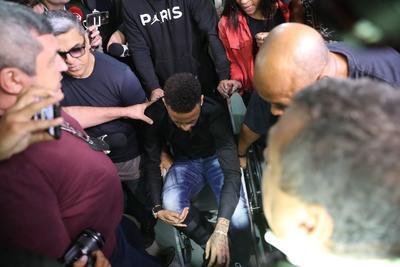 El jugador arribó acompañado de sus abogados, en silla de ruedas, tras sufrir una lesión en un juego amistoso contra Qatar en Brasilia. Decenas de fans, principalmente niños, adolescentes y habitantes de la favela de Jacarezinho, al norte de Brasil, aguardaban su llegada.