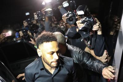 Neymar se presenta a declarar en comisaria de Brasil