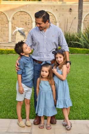 René con sus hijos René, Romi y Regina 13