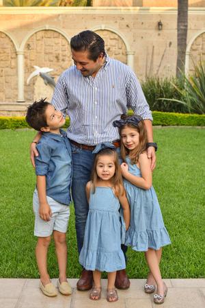 René con sus hijos René, Romi y Regina 14