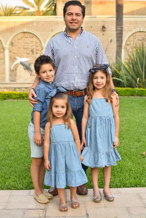René con sus hijos René, Romi y Regina 15
