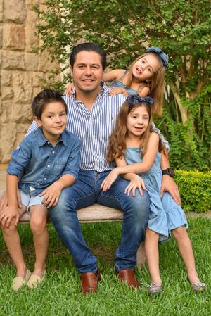 René con sus hijos René, Romi y Regina 20