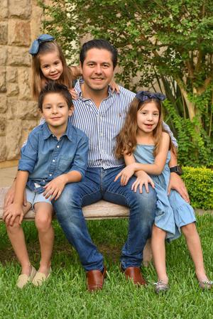 René con sus hijos René, Romi y Regina 21