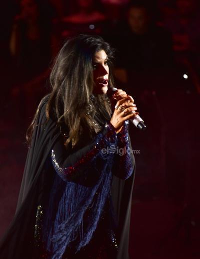 A las 12:30 de la media noche, la cantante irrumpió en el redondel. Con un entallado vestido negro con dorado inició su show con uno de sus primeros éxitos, La trampa.