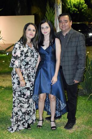 Arantza con sus papás, Laura y Raúl