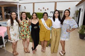 08062019 La novia con las anfitrionas de su fiesta.