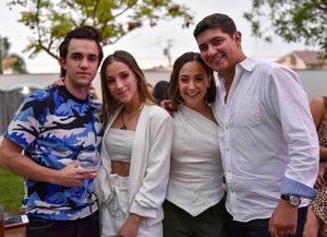 Santi, Renata, Regina y Andrés