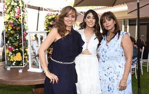Krissya con Jaqueline Ávalos de Murra y Gabriela Esquivel de Ayup