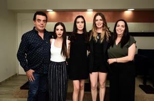 Antonio Sama y Pilar Borque con Ximena, Marina y Camila Sama Borque