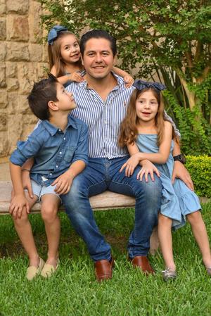 René con sus hijos René, Romi y Regina 22