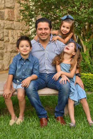 René con sus hijos René, Romi y Regina 23