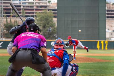 El ganador Kenneth Sigman (7-2) dejó el cerrito tras lanzar cinco entradas y dos tercios con ocho hits, dos bases, par de ponches y cuatro carreras; continuaron José Meraz, Iván Zavala, Paul Voleker y Jeff Ibarra.