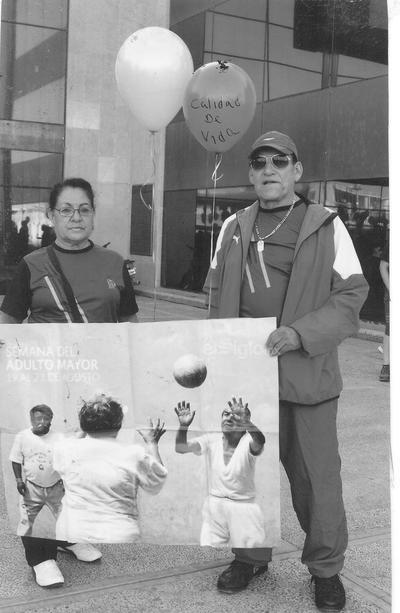 Sra. Ma. Alicia Acosta de Gómez y Prof. José Luis Gómez en el Día de la Feria de la Salud. Gómez Palacio. Marzo de 2013.