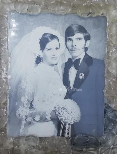 Elvia Ruelas Ayala y Jorge Alberto Ochoa Santillán celebrando su 45 aniversario.