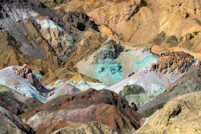 Está ubicado al sureste de California en el desierto de Mojave al norte del desierto de la Gran Cuenca.