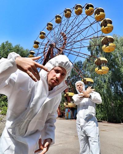 El accidente nuclear acontecido en 1986 en Chernobyl, planta que fue dedicada al programa militar estratégico de la armada soviética y que explotó durante un experimento, afectando a más de 600 mil personas por la radiación en la ciudad Prípiat, la cual fue evacuada y actualmente es una ciudad en la que se ofrecen recorridos.