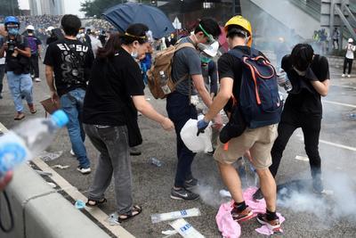 Los manifestantes se protegieron como pudieron.