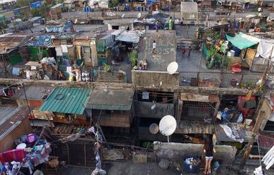 Cuatro millones de personas sobreviven hacinadas en la mayor extensión metropolitana de barrios marginales en Manila.