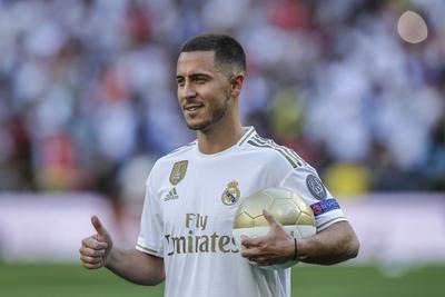 Esta es tu casa. Ya estás donde querías estar, eres jugador del Real Madrid y formas parte de este estadio. Vas a sentir la pasión de los que quieren sentir tu talento. Aquí vas a recibir el cariño de tus seguidores. Querías estar aquí y tu trabajo lo ha logrado después de un esfuerzo en un gran club como el Chelsea. La afición tiene depositada en ti un montón de sueños, finalizó.