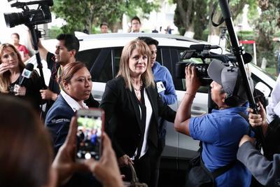 Erika Buenfil acudió a despedir a su amiga Edith González.