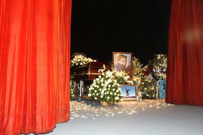 El cortejo fúnebre de la actriz llegaba al teatro poco después de las 11.00 hora local (16.00 GMT) y lo hacía entre aplausos y diversas señales de reconocimiento hacia la intérprete.