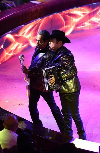 Los hermanos Hernández y Óscar Lara aparecieron en el redondel hasta la 1:30 de la madrugada.