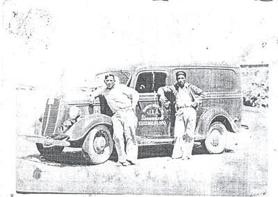"""Ford 1940 color verde esmeralda. Dueño, J. Isabel Acosta, y su ayudante, Eleuterio Jáquez Martínez, """"El Chafandín""""."""