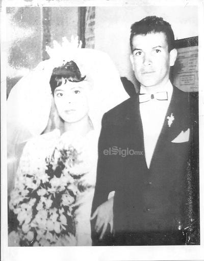 Felices cumpliendo 55 años de casados acompañados de su familia, 6 hijos y 15 nietos.