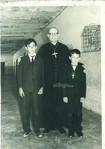 Sr. Obispo Fernando Romo, Rogelio Prieto Villegas y Rubén Prieto Morales en la Hacienda Lequeitio en Coahuila en 1966.