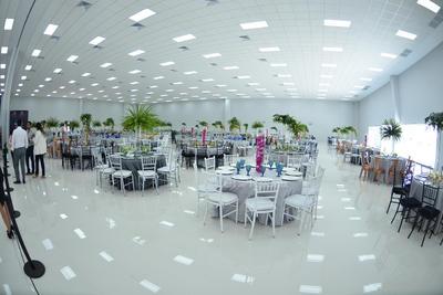 Cuenta con 15 micro salones con capacidad para 180 personas cada uno, 3 salones medianos con capacidad para mil 200 personas cada uno, una expo-explanada para 8 mil personas, área administrativa y tres estacionamientos diferentes.