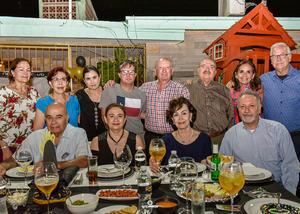 18062019 FELICES 30.  David con amistades, familiares y su papá, Claudio, en su festejo de cumpleaños.