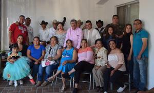 18062019 EN FAMILIA.  Jesús Gallegos con sus hijos, hermanos, nietos y demás familiares en el festejo del Día del Padre.