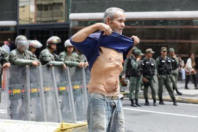 Los manifestantes buscan atraer la atención de la comisionada sobre lo que consideran, es una crisis en su país.