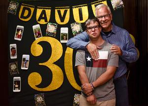 20062019 FELICES 30.  David en su fiesta con su papá, Claudio.