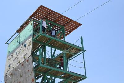 Sin ningún tipo de seguridad, ni vigilancia, niños y niñas llegan hasta la parte más alta de la tirolesa para divertirse.
