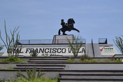 El parque de deportes extremos se ubica en el emblemático Cerro de la Pila que se distingue por el monumento al general Francisco Villa y por ser escenario de una cruenta batalla librada durante la Revolución.