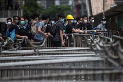 La policía pidió a los manifestantes que se dispersen, pero no tomó medidas para desalojarlos.