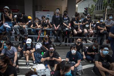 Los dirigentes de la protesta dicen que están resueltos a mantener la presión sobre la jefa de gobierno.