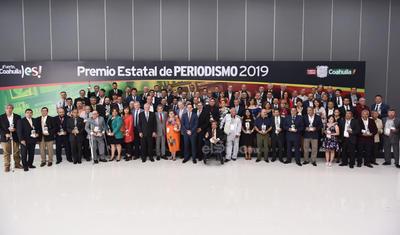 El acto estuvo encabezado por el propio gobernador Miguel Ángel Riquelme Solís, así como por el alcalde de la ciudad, Jorge Zermeño Infante, quienes se encargaron de entregar diversos premios por trayectoria y trabajos destacados a los periodistas de toda la entidad.