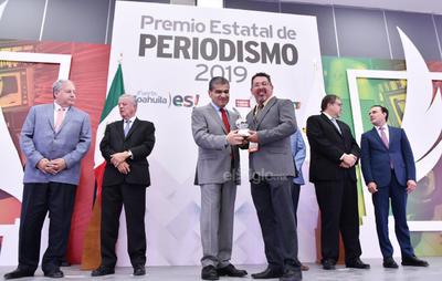 Se reconoció al reportero Sergio A. Rodríguez por su trayectoria de 25 años. (ERICK SOTOMAYOR)
