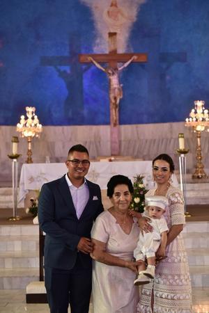 21062019 El niño Édgar Gómez Ibarra acompañado de su bisabuela Lupita Aldape y sus padres Gabriela Ibarra y Édgar Gómez.