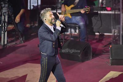 Antes de despedirse se acercó a algunas de sus fans, las que se deleitaron con la cercanía del cantante.