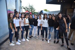 Grupo de amigas antes de iniciar el concierto de su ídolo
