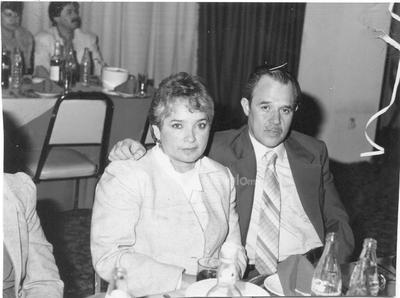 Sra. Martha García de Muñoz y Fernando Muñoz Olvera en una cena de Navidad.