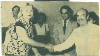 Delia Rodiles Mercado recibe llaves de la rifa de la casa del Papro de manos del Gobernador José de las Fuentes.