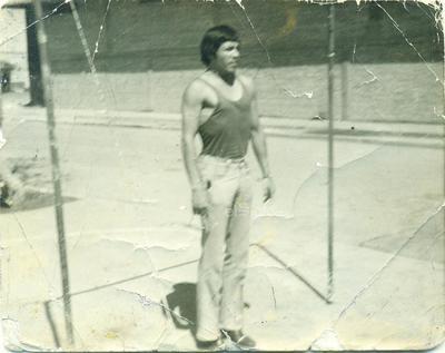 Practicando barrra fija para el desfile del 20 de noviembre de 1966 en Torreón, Coahuila. Barra instalada en la Plaza de la Martínez Adame. Joven Carlos Ávila Lara.