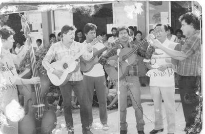 Profes de la Secundaria 8 en 1986 festejando el Día del Estudiante: Prof. Juan Manuel, Carlos Ávila, Leonel, Julio Eduardo, Manuel (f) y Juan César Hdz., Abdón, Joel, Mario, Marcos, Irene y Panchita.